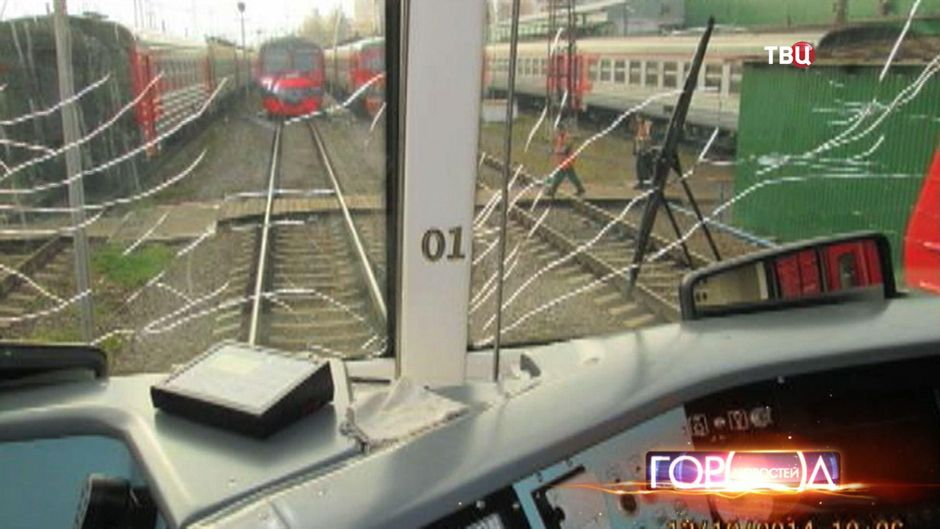Разбитое лобовое стекло у электрички