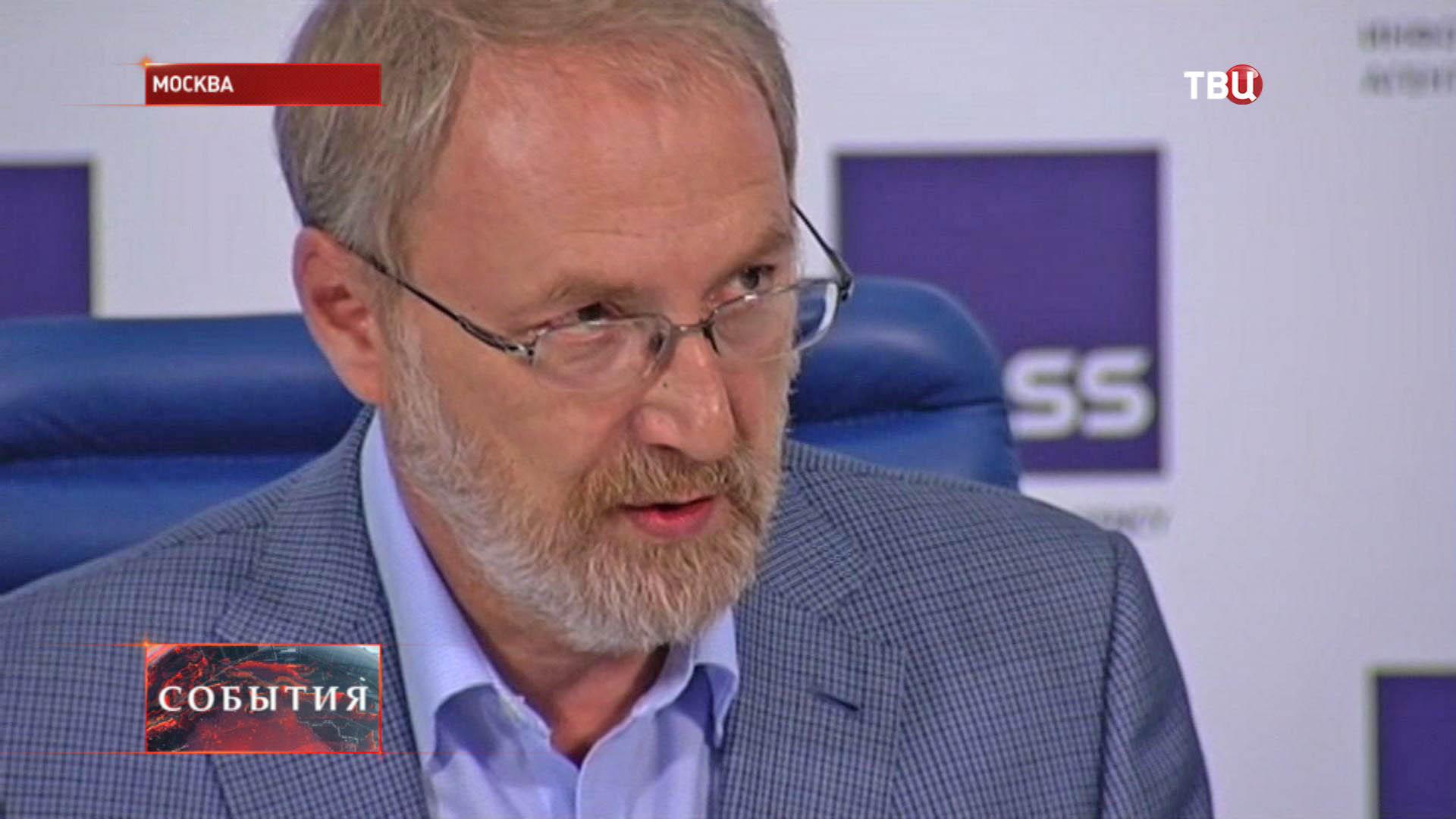 """Глава Фонда """"Общественное мнение"""" Александр Ослон"""