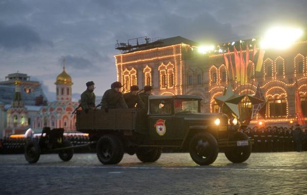 Военнослужащие на Красной площади в Москве во время репетиции торжественного марша, посвященного легендарному параду 7 ноября 1941 года.