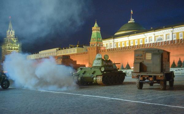 Военная техника времен Великой Отечественной войны на Красной площади в Москве во время репетиции торжественного марша