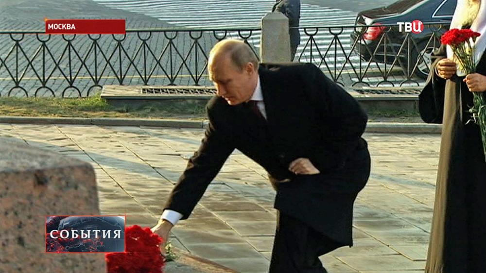 Владимир Путин возлагает цветы к памятнику Минину и Пожарскому