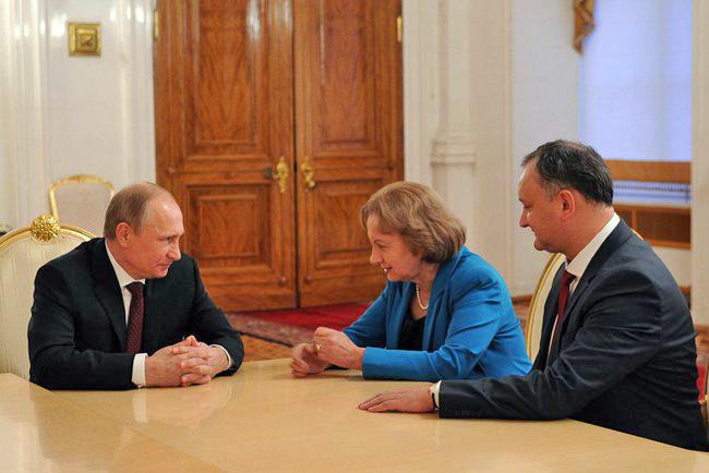 Президент России Владимир Путин, глава партии социалистов Молдавии Игорь Додон и бывший премьер-министр Молдавии Зинаида Гречан