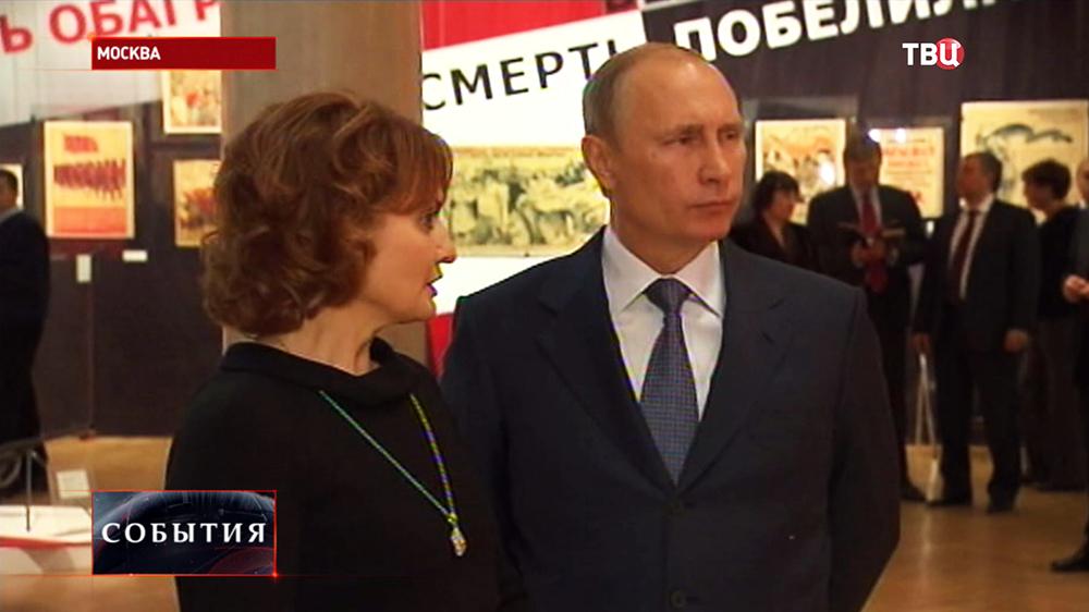 Владимир Путин осмотрел экспозицию музея современной истории России
