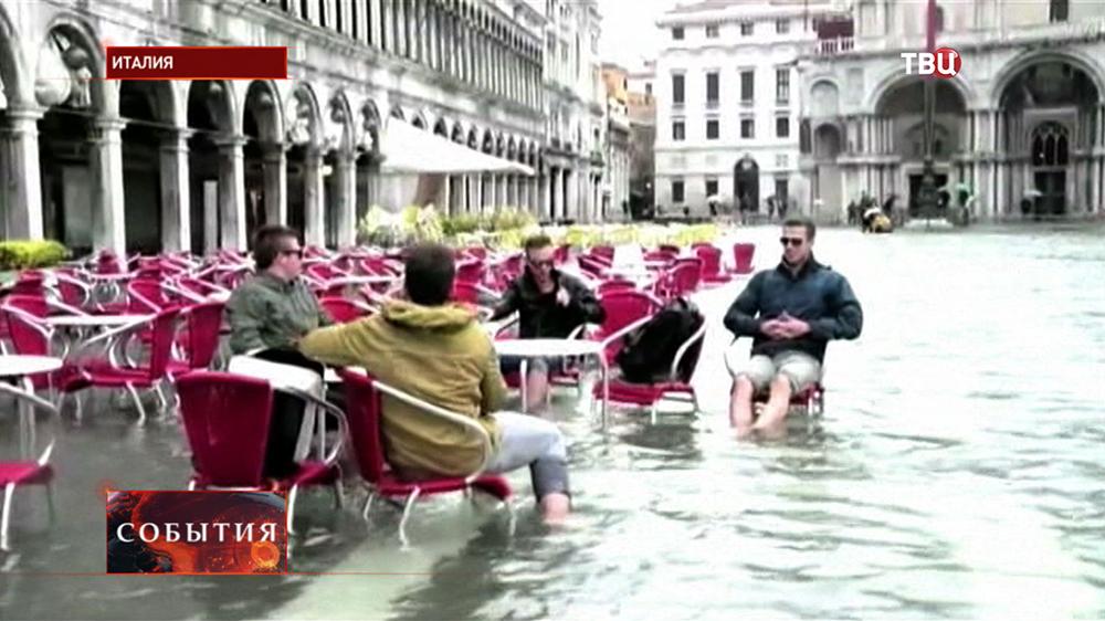 Туристы во время наводнения в Венеции