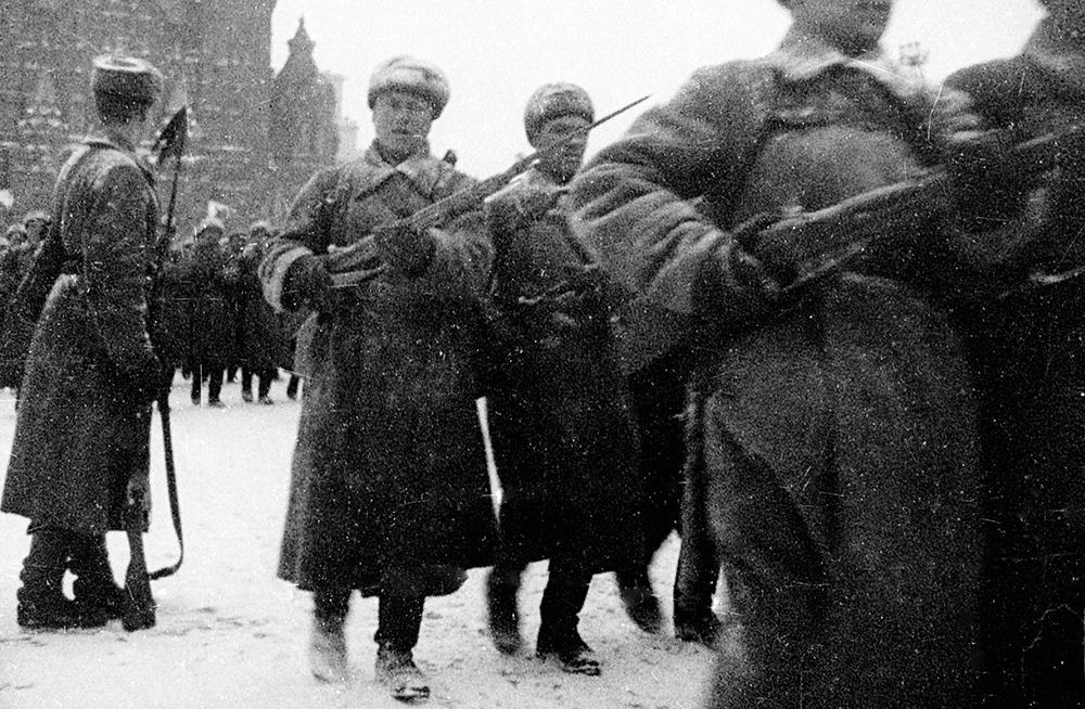 Открывали парад курсанты артиллерийского училища. Под звуки торжественных маршей за ними прошли пехотинцы, зенитчики и моряки. Затем на брусчатку вышли конница, пулеметные тачанки и танковые соединения