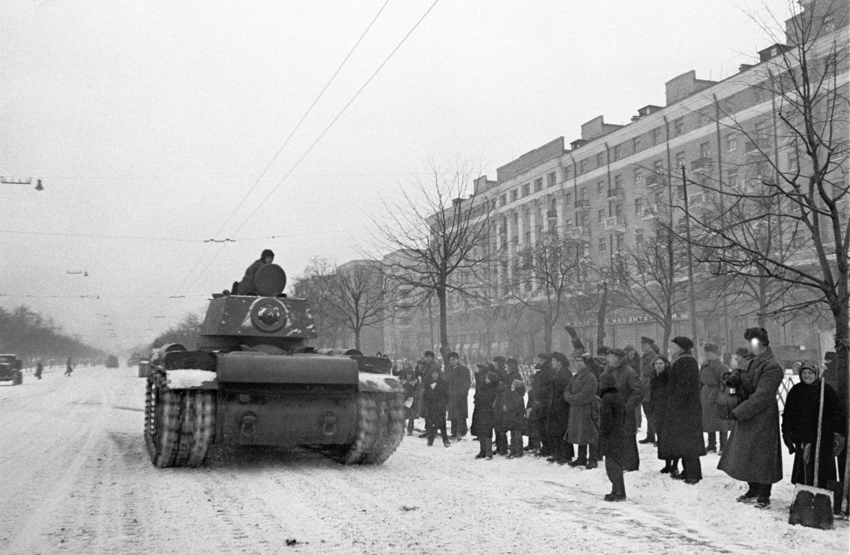 Для обеспечения безопасности советского руководства у всех участников парада были изъяты патроны, артиллерия и танки шли без снарядов. Тем не менее, часть подразделений, принимавших участие в параде, после его окончания отправились прямиком на фронт