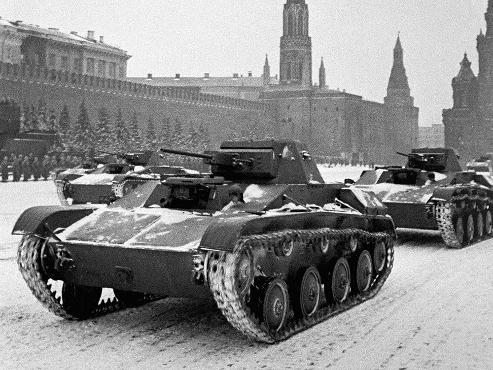 В тот день в Москве была низкая облачность и валил густой снег. Парад начался в 08:00. Командовал им командующий Московским военным округом генерал Павел Артемьев. Принимал парад маршал Семён Буденный