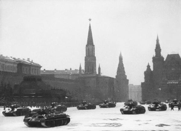 Парад должен был начаться в 8 утра, а не в 9. Командиры частей узнали о своем участии в марше накануне ночью. За несколько часов до начала парада Сталин распорядился расчехлить кремлевские звезды и зажечь их