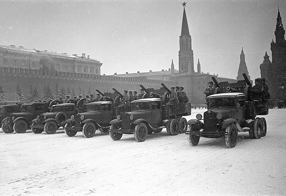 Парад готовился в обстановке строжайшей секретности. Власти СССР опасались, что немецкая авиация попытается нанести удары по центру Москвы и уничтожить все руководство страны