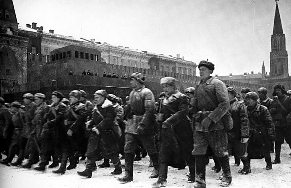 Парад на Красной площади 7 ноября 1941 года был посвящен 24-й годовщине Октябрьской революции. Линия фронта в те дни проходила в непосредственной близости от Москвы. По городу ходили слухи, что Сталин и Политбюро покинули столицу
