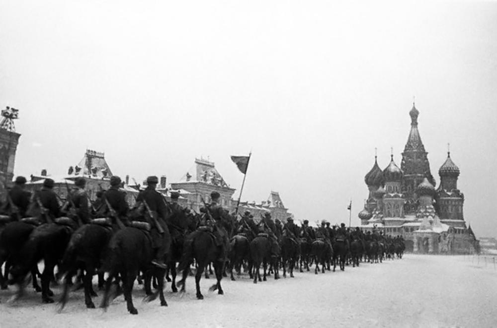 Чтобы поддержать моральных дух Москвы и всей страны, Сталин 24 октября распорядился провести на Красной площади военный парад. Это должно было продемонстрировать всему миру, что русский народ не сдается