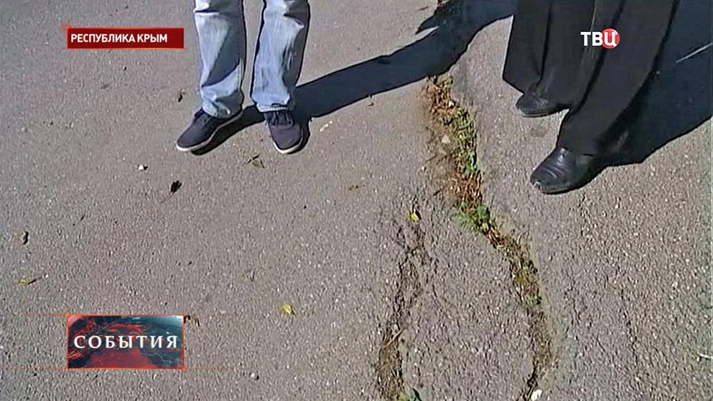 Трещины в асфальте на дороге в Крыму