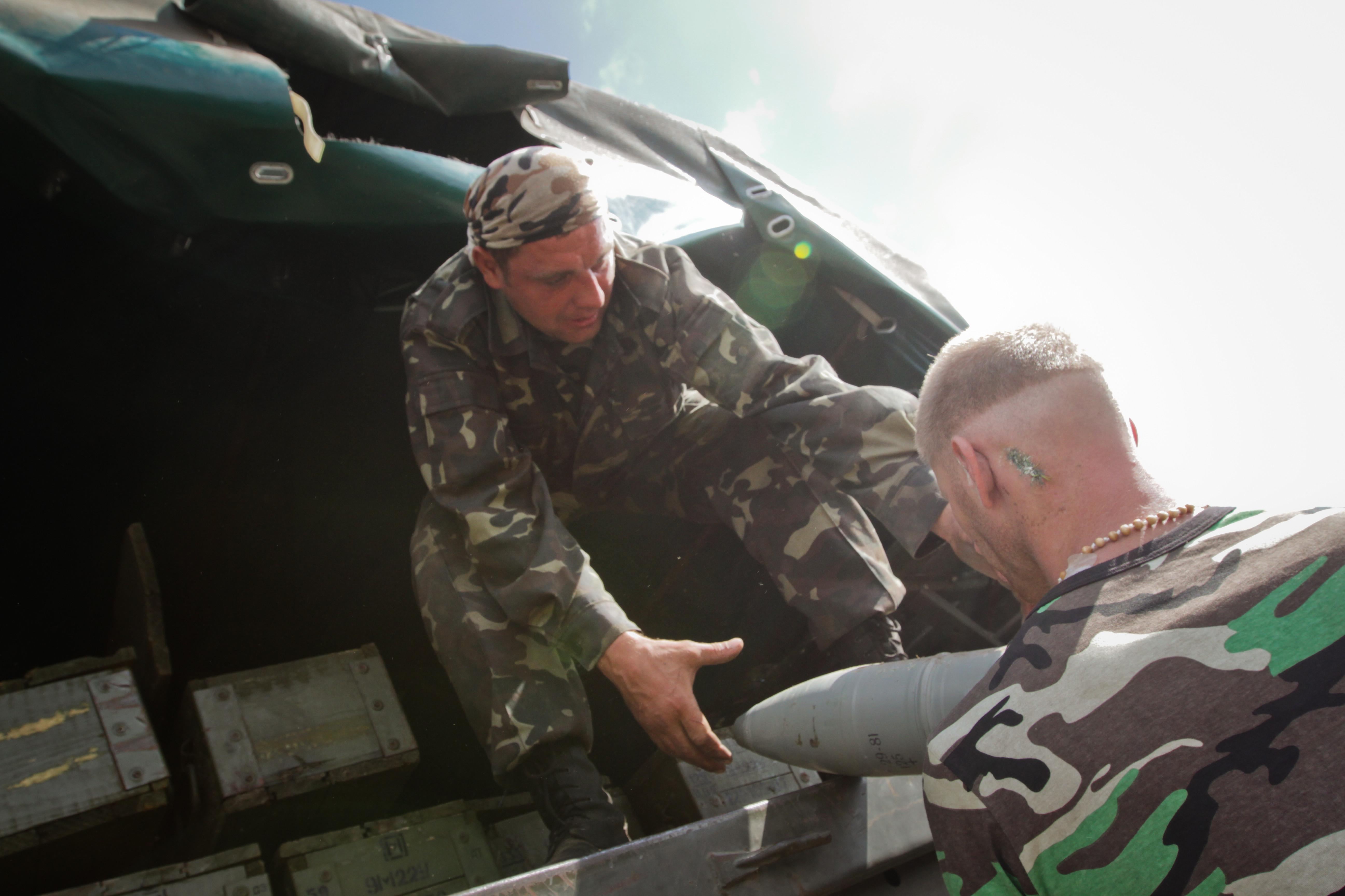 Солдаты украинской армии грузят боеприпасы