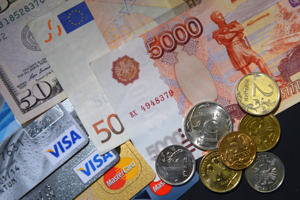 Банковские карты международных платежных систем VISA и MasterCard, купюры разных валют и монеты разного номинала