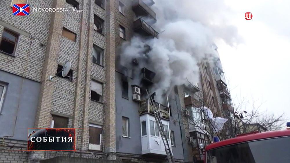 Последствия обстрела жилых кварталов в Новороссии