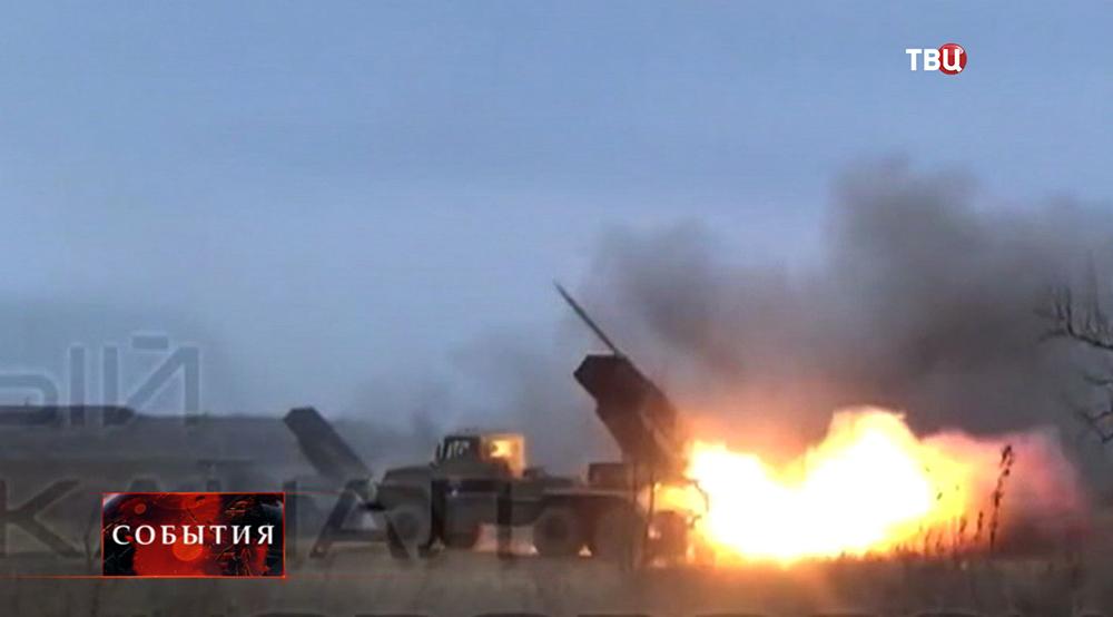Украинские военные ведут обстрел