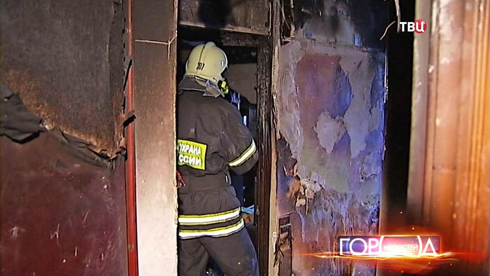 Пожарные в сгоревшей квартире