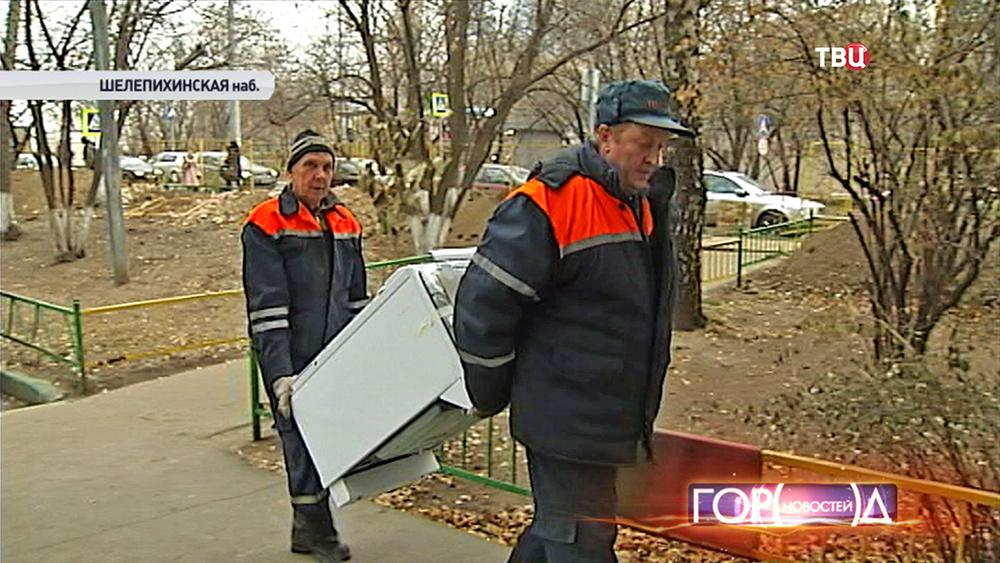 Газовщики устанавливают новые плиты