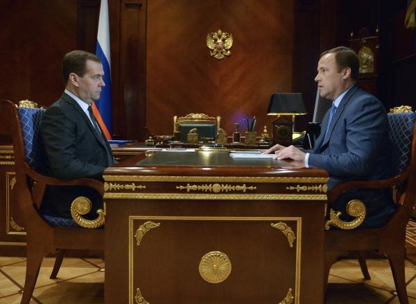Председатель правительства РФ Дмитрий Медведев проводит встречу с генеральным директором Объединенной ракетно-космической корпорации (ОРКК) Игорем Комаровым