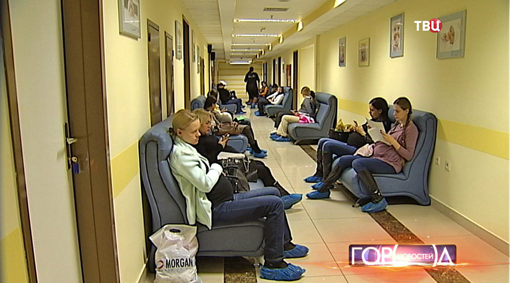 Будущие мамы в коридоре роддома