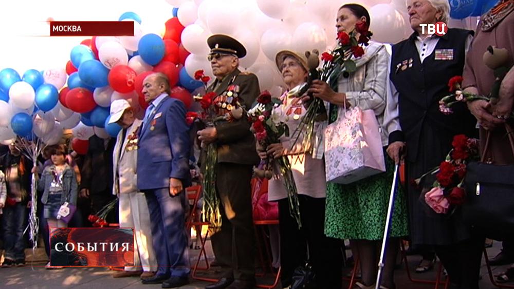 Ветераны принимают поздравление