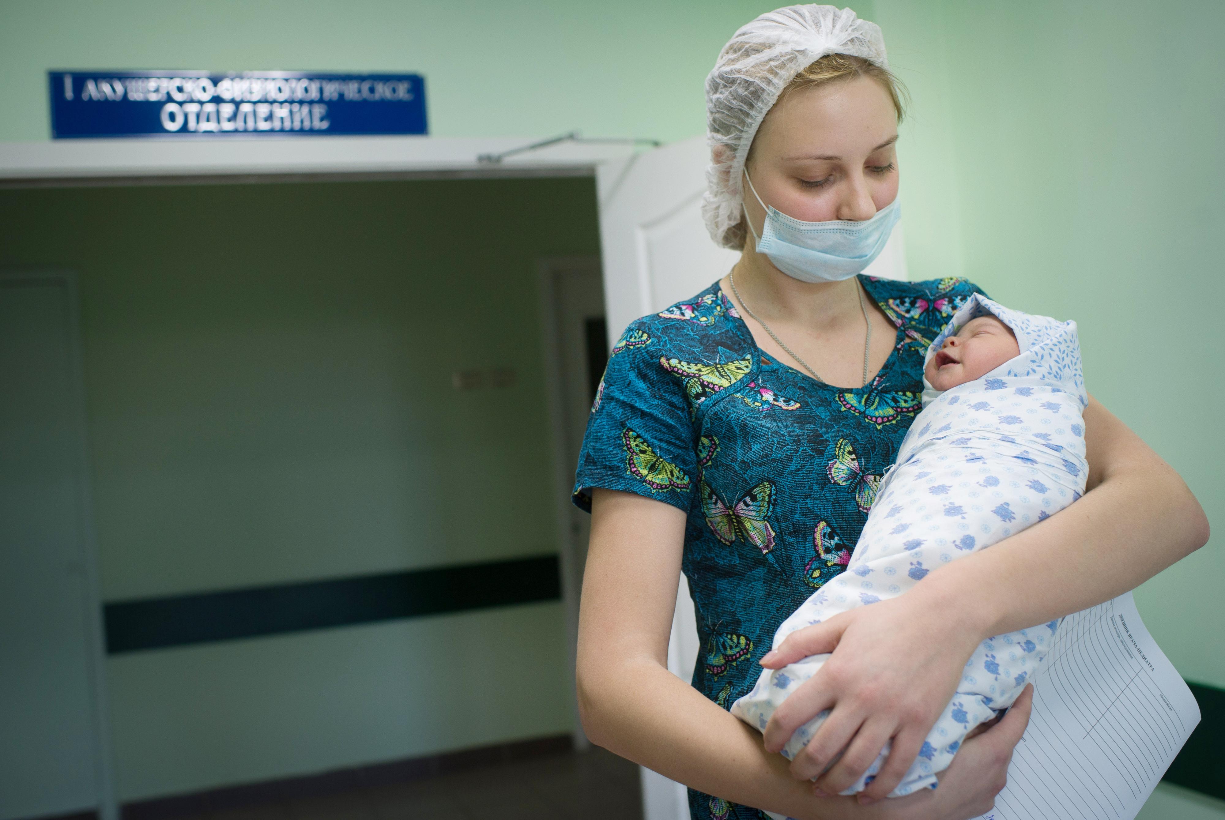 Акушерка с новорожденным