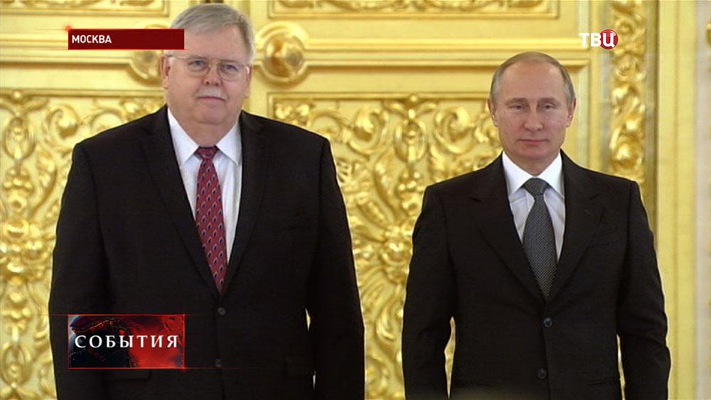 Посол США в России Джон Теффт и президент России Владимир Путин