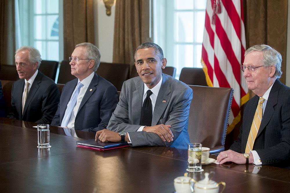 Американский сенатор Роберт Менендес, американский сенатор Боб Коркер, сенатор Рид, президент США Барак Обама и сенатор США Лидер республиканцев Митч Макконнелл