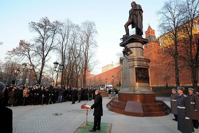 Владимир Путин во время церемонии открытия памятника Александру I