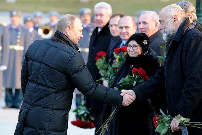 Владимир Путин приветствует авторов памятника Александру I народного художника России и скульптора Салавата Щербакова
