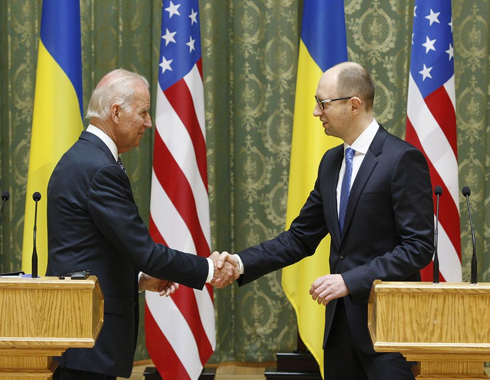 Вице-президент США Джо Байден и украинский премьер-министр Арсений Яценюк