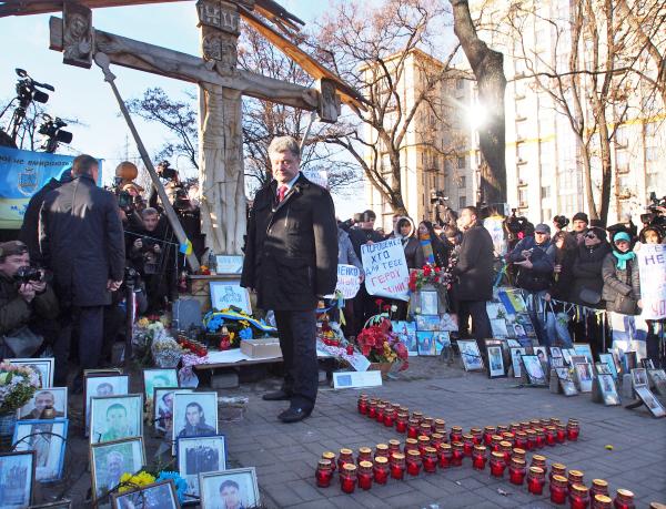 Президент Украины Петр Порошенко во время возложения цветов к кресту Небесной сотни
