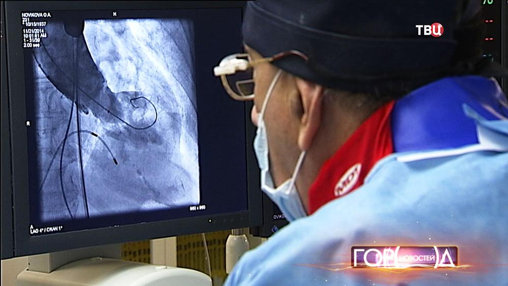 Хирурги проводят операции