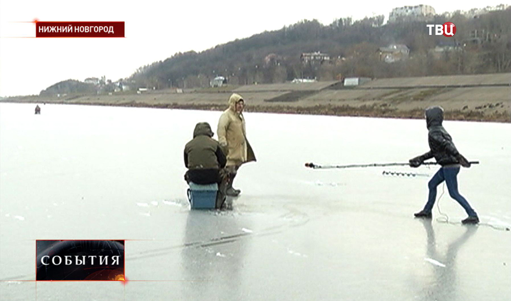 Журналисты берут интервью у рыбаков