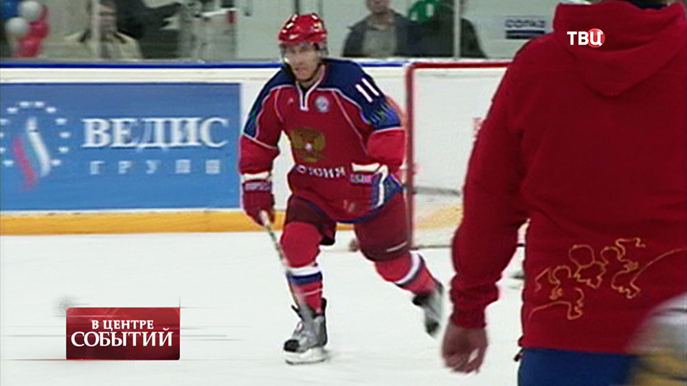 Президент России Владимир Путин играет в хоккей