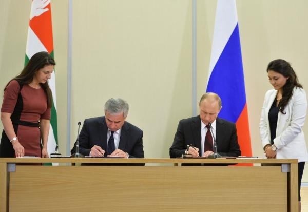 Президент России Владимир Путин и президент Абхазии Рауль Хаджимба во время встречи
