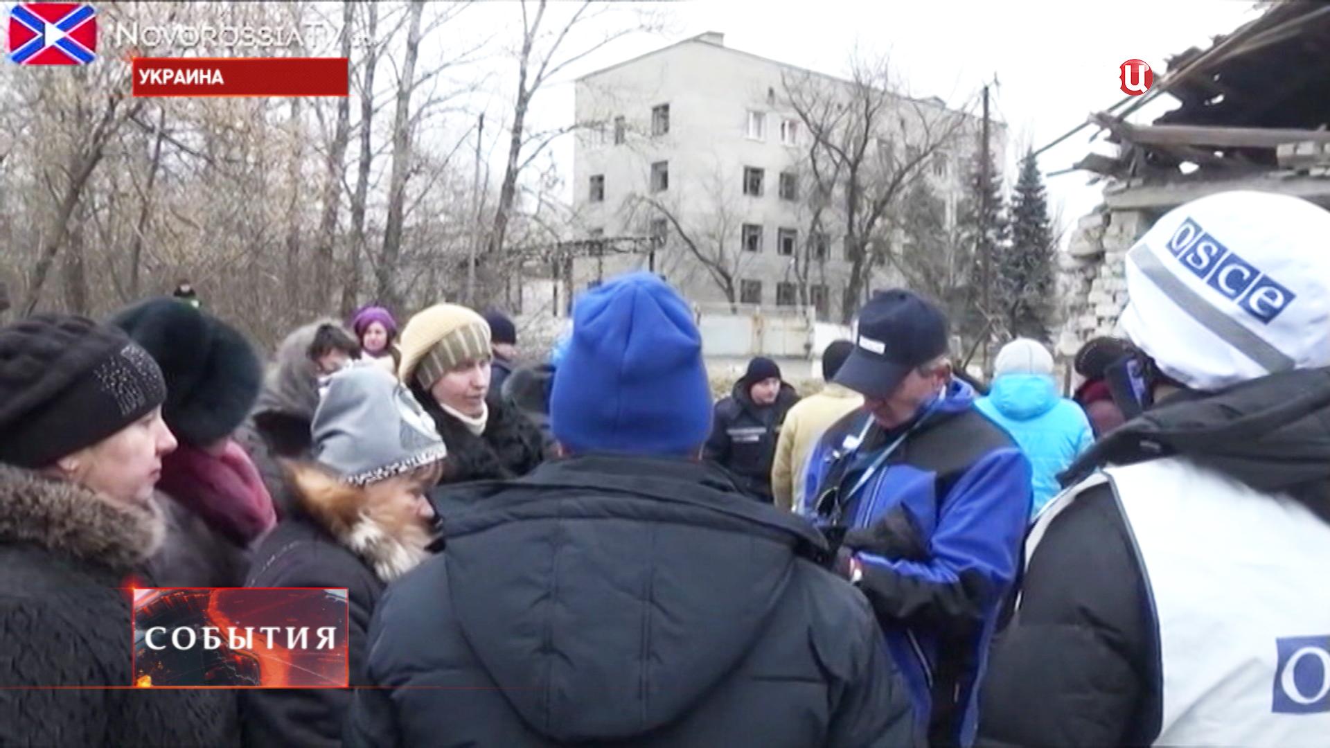 Наблюдатели ОБСЕ общаются с жителями юго-востока Украины