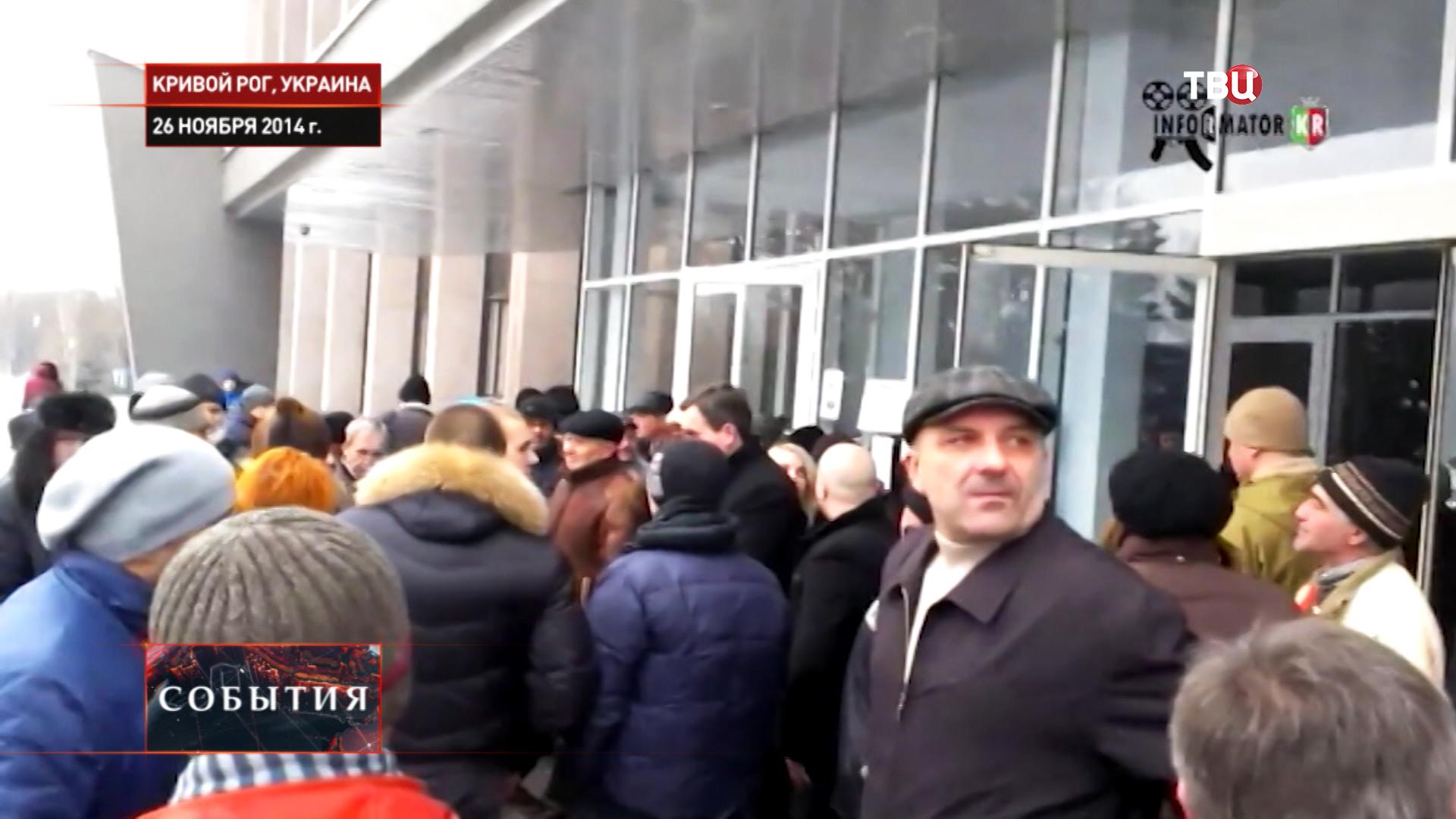 Протестующие около здания Горсовета