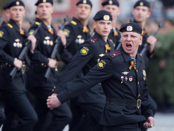 Парадный расчет морской пехоты вооруженных сил РФ