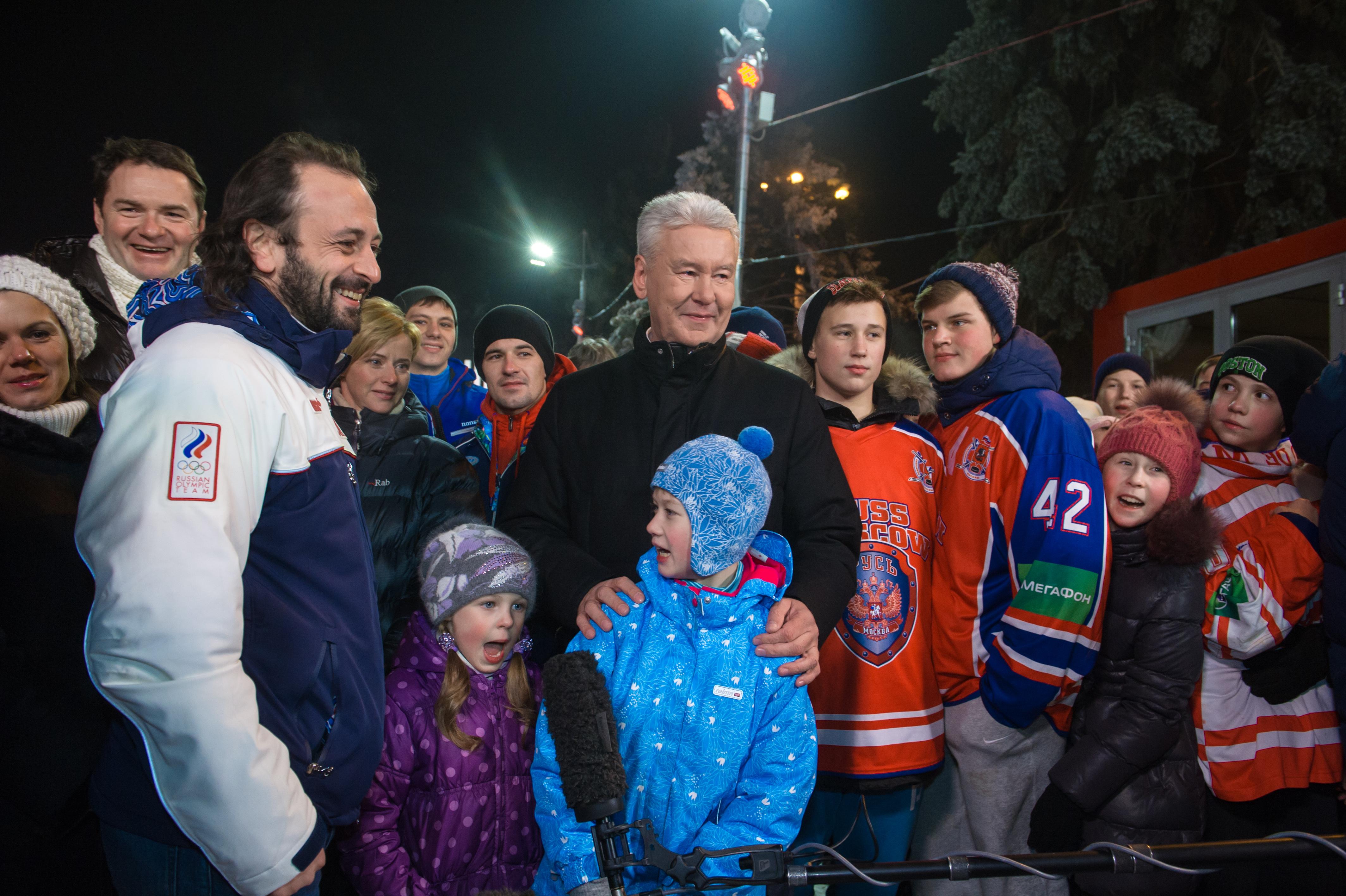 Сергей Собянин во время осмотра катка на ВДНХ