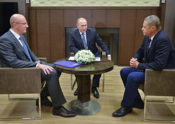 Президент России Владимир Путин, экс-президент КХЛ Александр Медведев и глава КХЛ Дмитрий Чернышенко во время встречи
