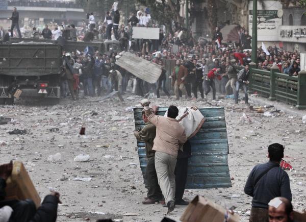 Столкновение между сторонниками и противниками президента Хосни Мубарака на площади Тахрир в Каире