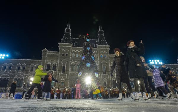 Посетители катка на Красной площади