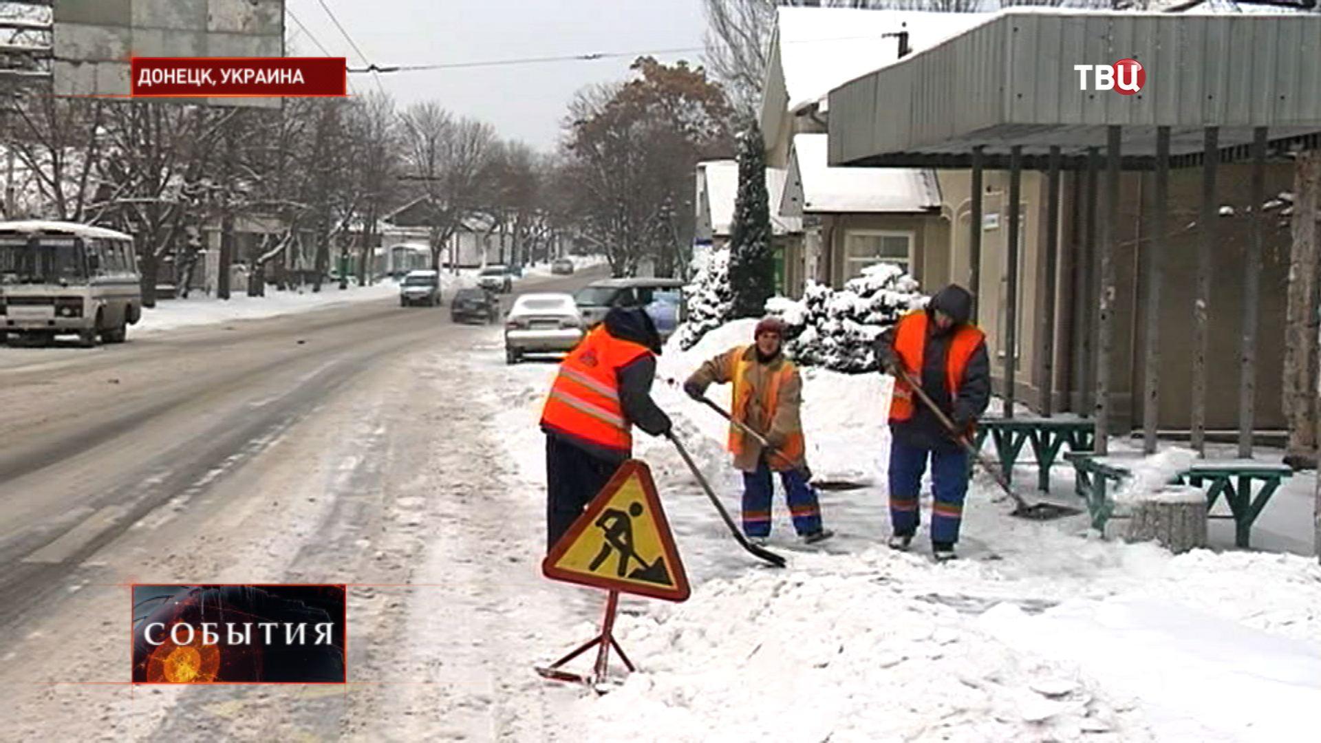 Комунальщики убирают улицы Донецка от снега