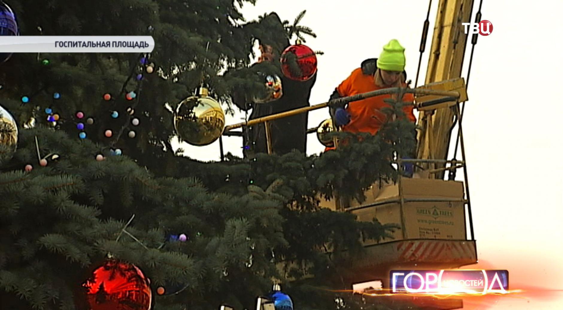 Волонтеры украшают елку в детском онкоцентре в Москве