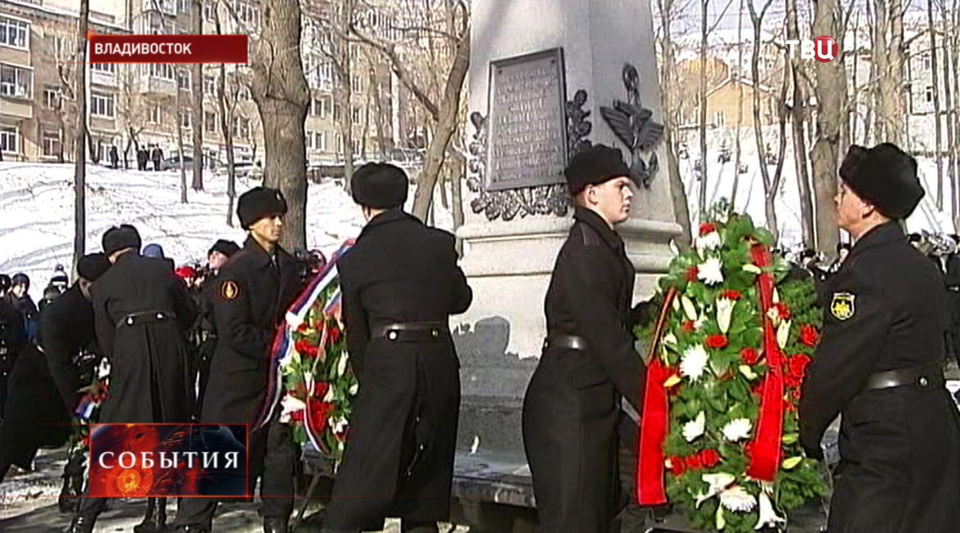 Военные возлагают венки к памятнику