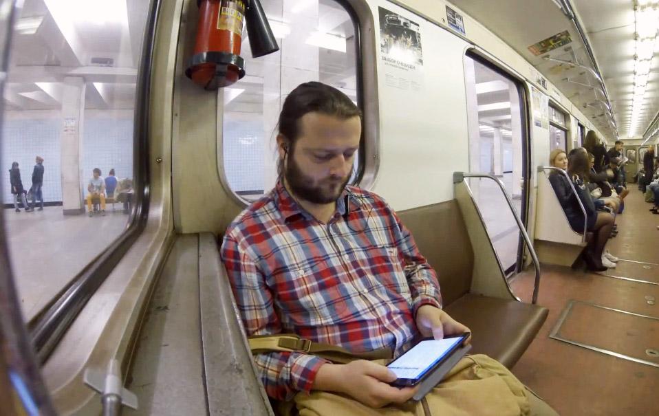 Мужчина с планшетом в метро