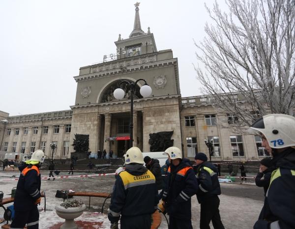 Сотрудники МЧС у здания железнодорожного вокзала в Волгограде, где произошел теракт