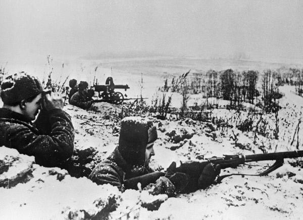 Бойцы стрелкового подразделения готовятся к отражению атаки фашистов на подступах к Москве.