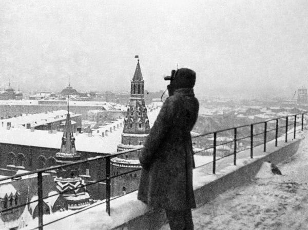 Часовой смотрит в бинокль во время осадного положения в Москве